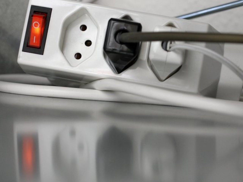 Mit einer abschaltbaren Steckerleiste entschärft man die Standby-Stromfresser. (Keystone)