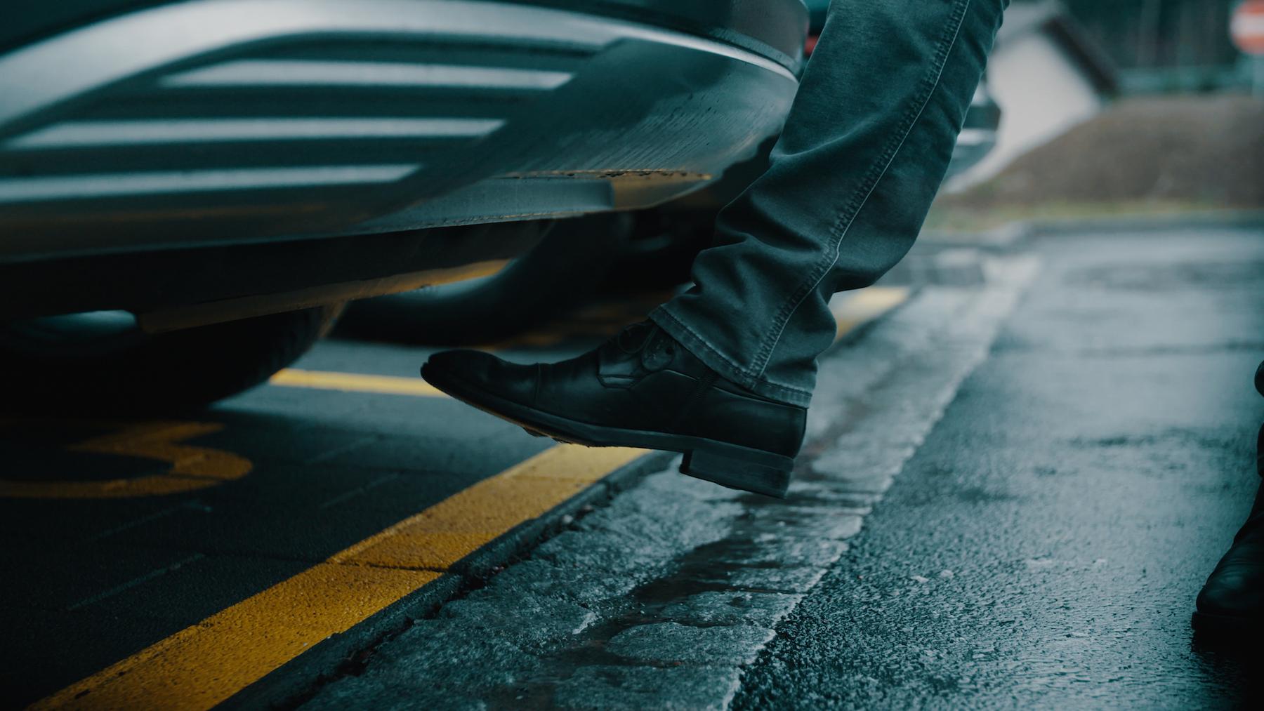 Die Kofferraumklappe des Audi e-tron kann man dank Virtual Pedal, einem Sensor mit dem Fuss öffnen.