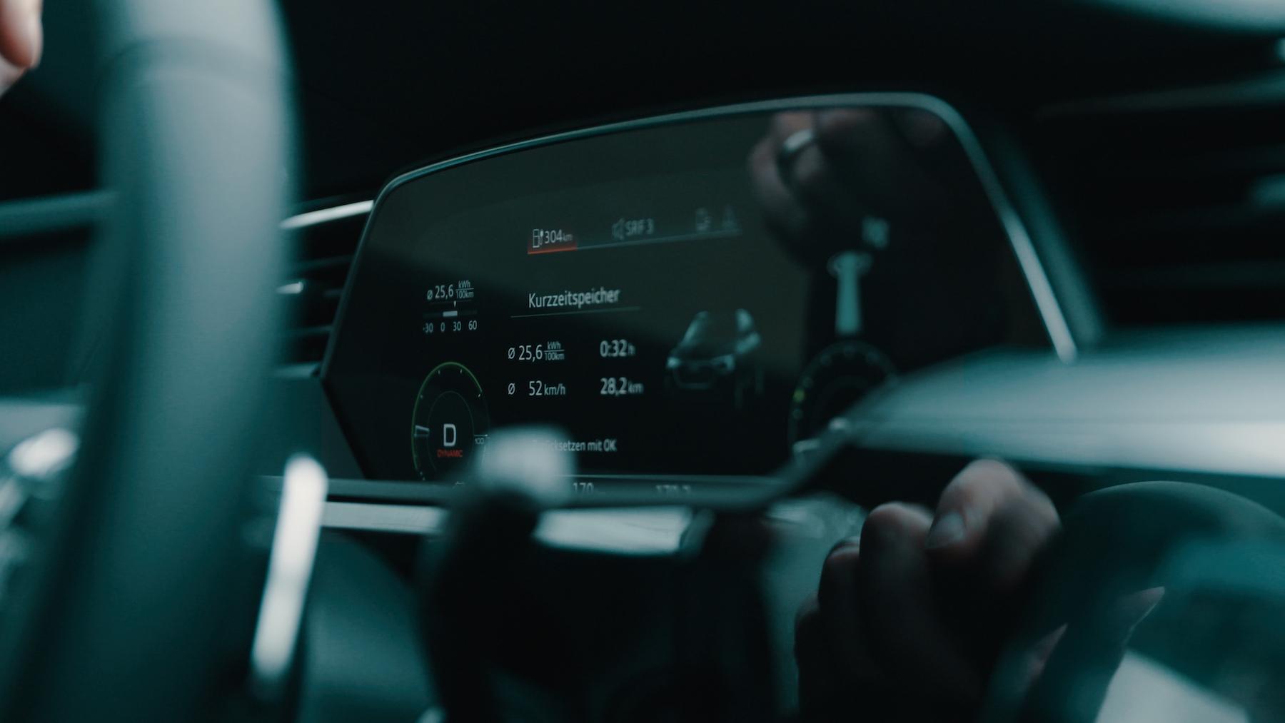 Das Virtual cockpit des Audi e-tron zeigt an, wie weit die gespeicherte Energie noch reicht.