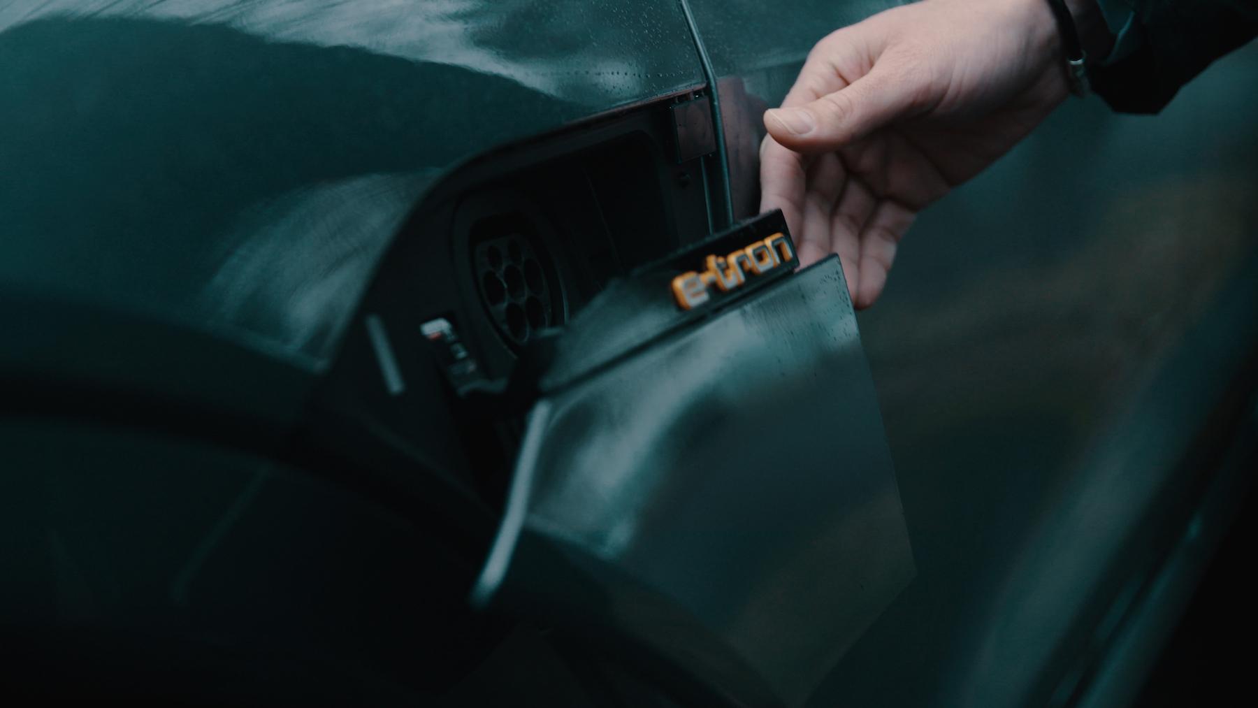 Die Ladeklappe des Audi e-tron öffnet und schliesst elektrisch.
