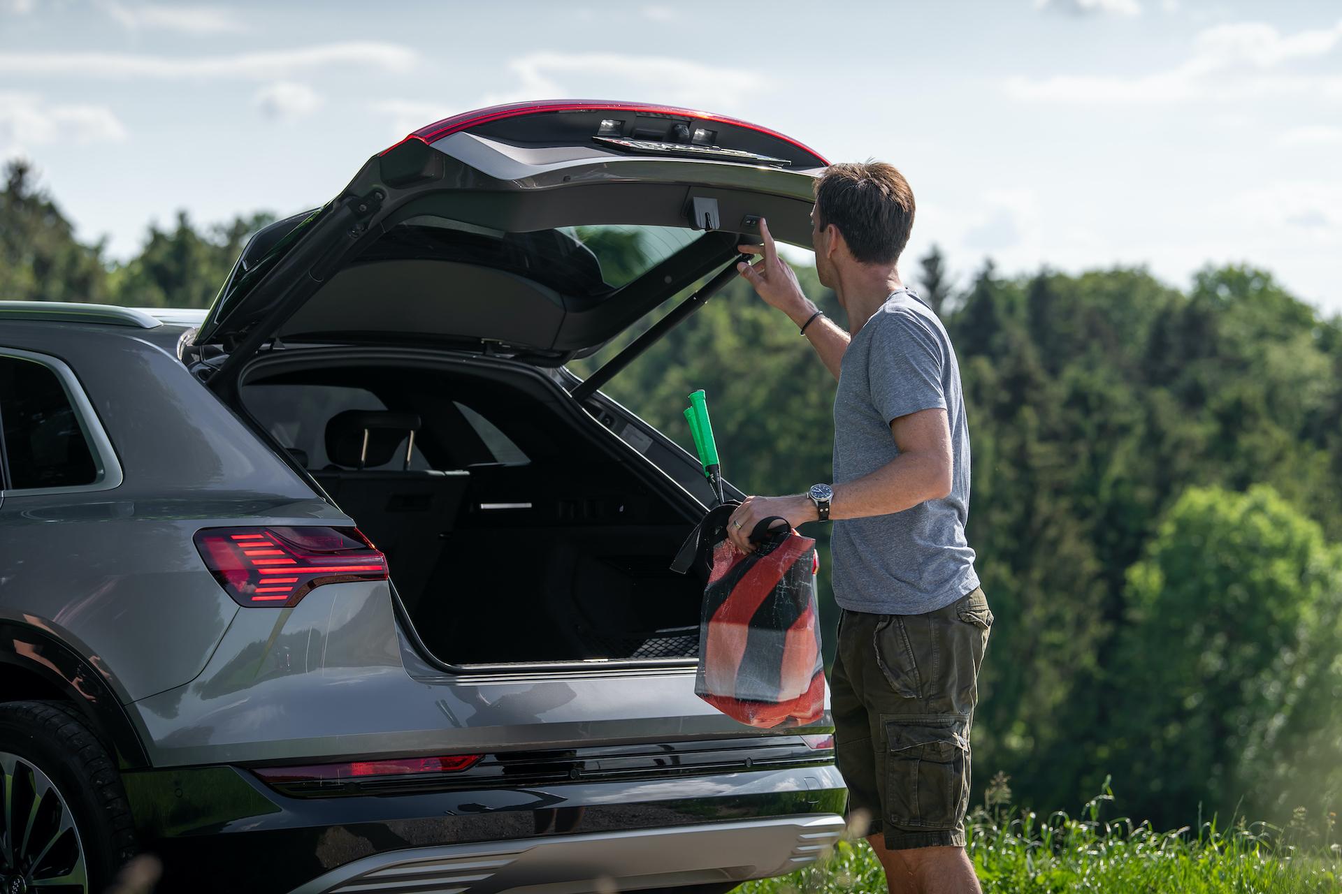 Le coffre de l'Audi e-tron offre un volume de 660litres. Comme la voiture ne possède pas de moteur à combustion à l'avant, un compartiment supplémentaire se trouve à cet endroit, pour les câbles de recharge par exemple – «ou pour une tarte glacée pour le pique-nique», glisse Mandioni en affichant une mine radieuse. (Tom Lüthi)