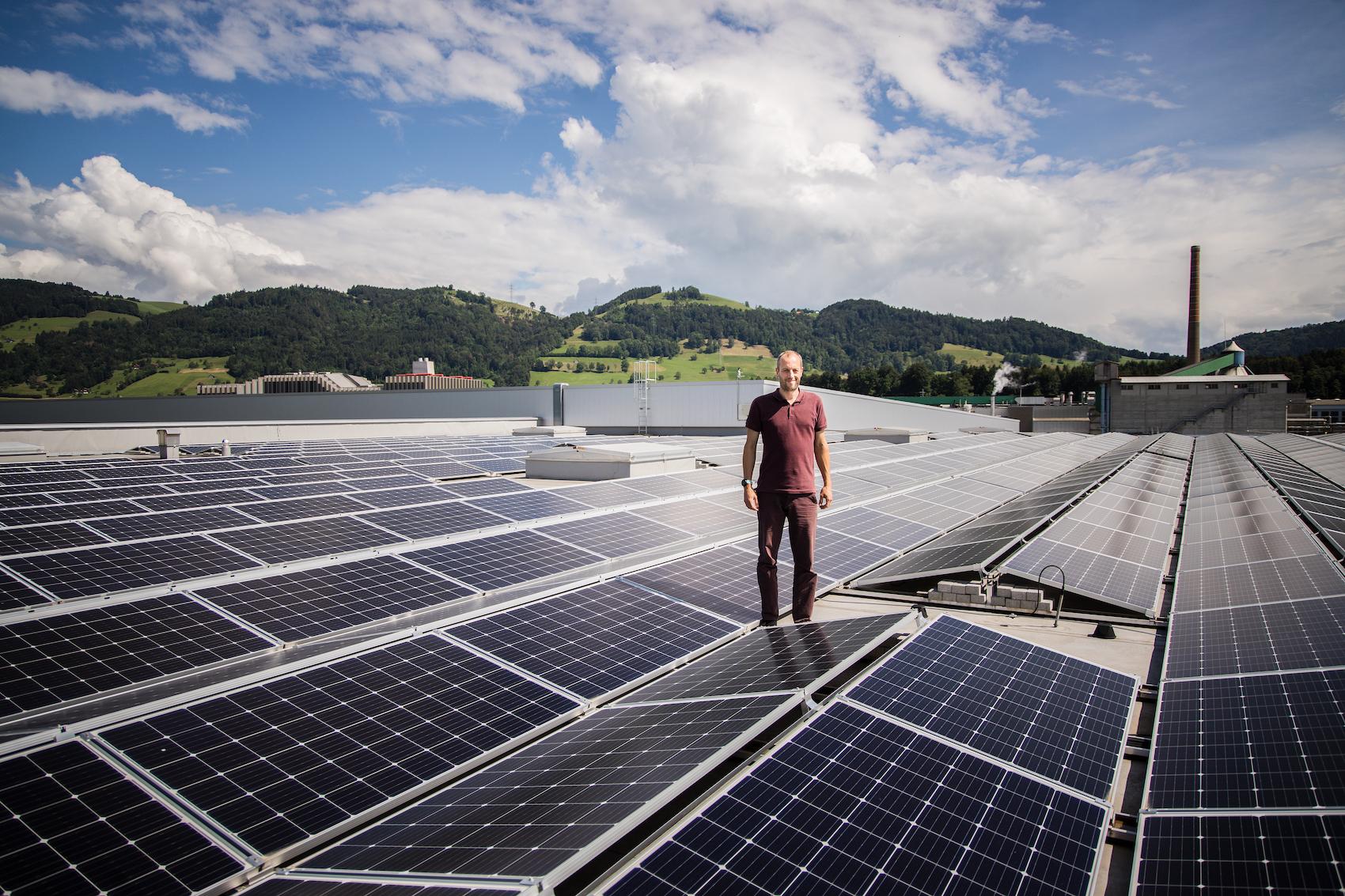 Projektleiter Martin Rimer auf dem 4,5-Hektar-Dach.