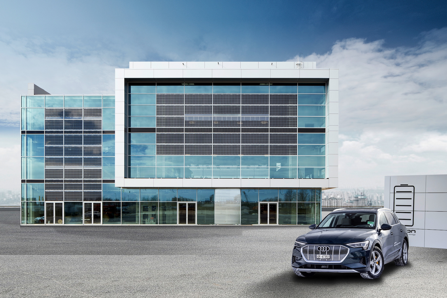 Solarzellen in der Fensterfront: Das Audi Brand Experience Center am Münchner Flughafen. (AUDI)