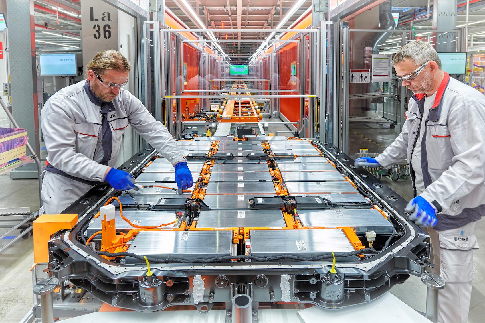 Arbeiter verlegen im e-tron-Werk in Brüssel Hochvoltkabel. (AUDI)