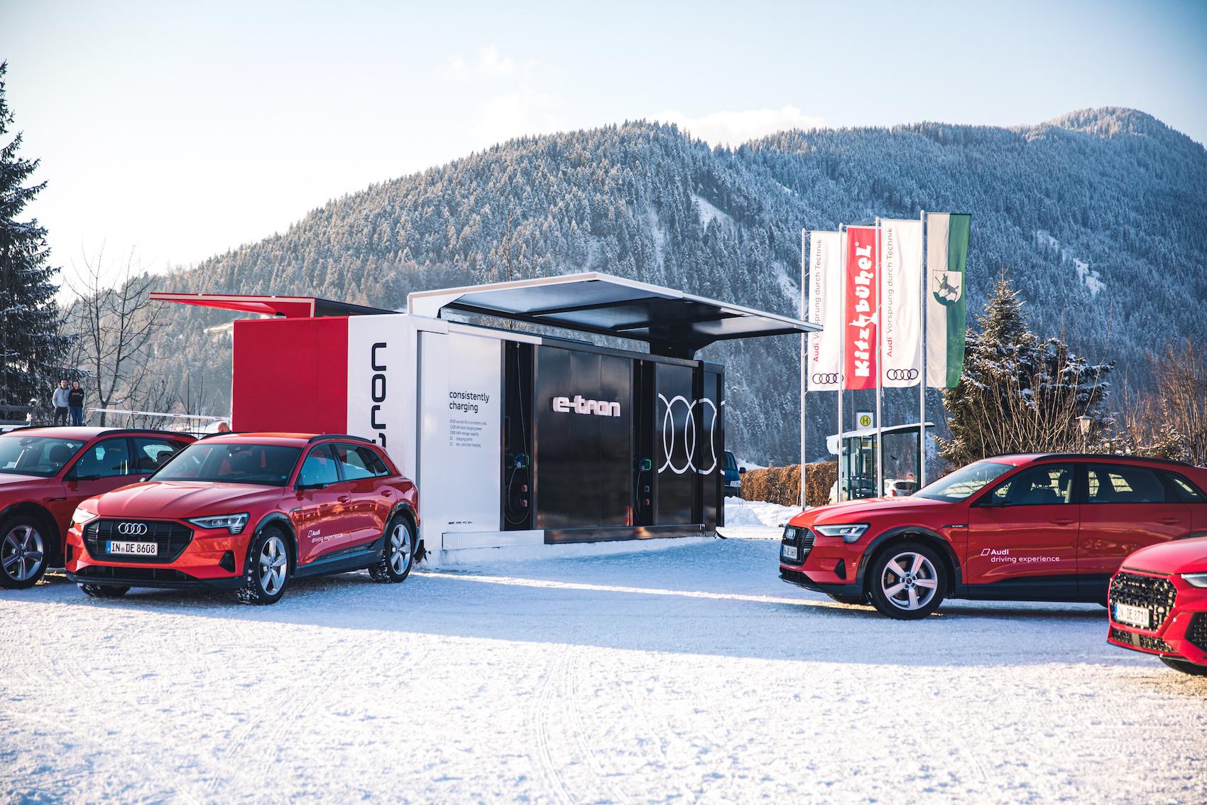 Die Audi-Flotte und der Lade-Container in Davos. (AUDI)