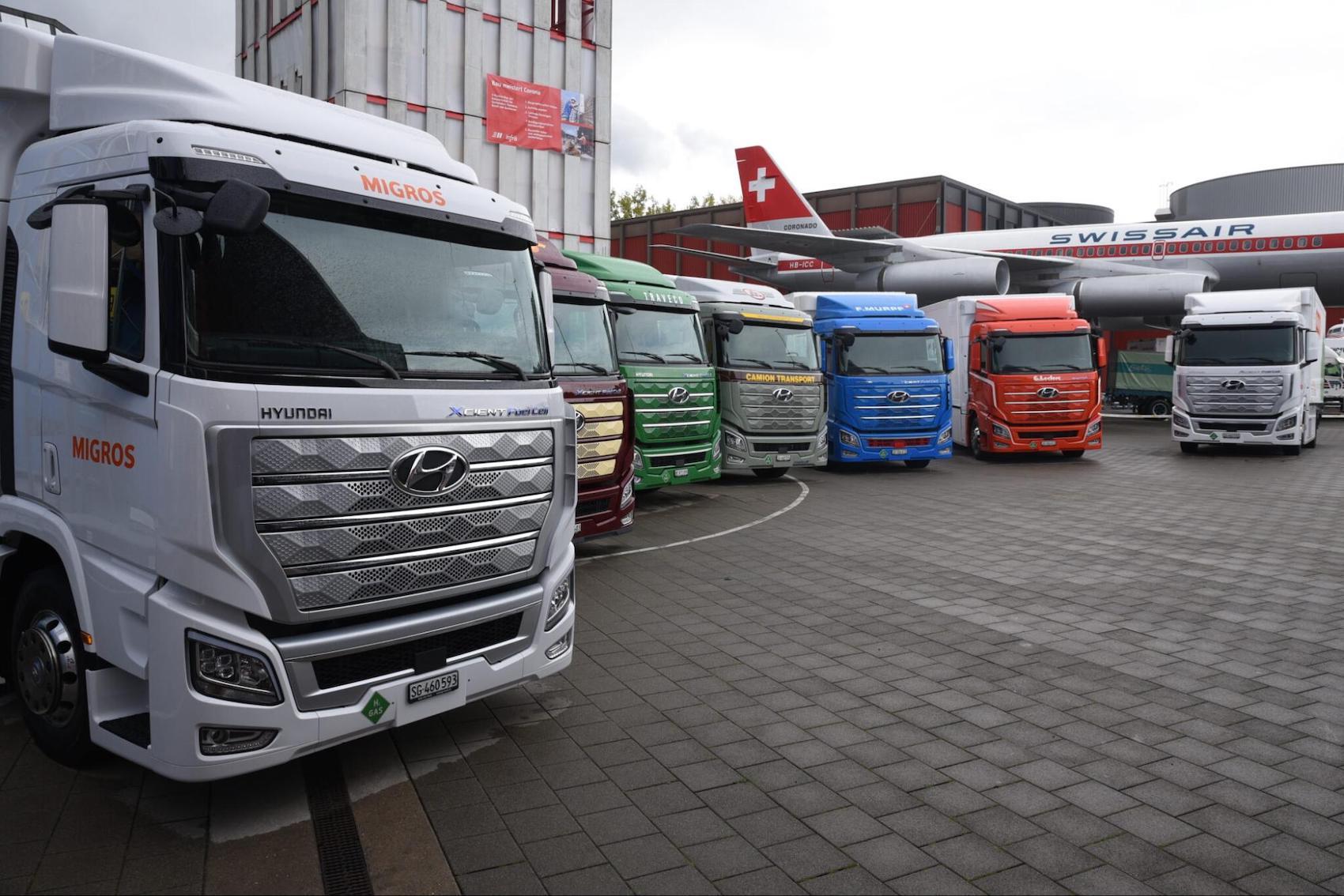 Sechs Transporteure, darunter Migros, Coop und Galliker Logistics, nahmen am 7. Oktober 2020 in Luzern die ersten Wasserstoff-Trucks der Schweiz in Empfang. (Förderverein H2 Mobilität Schweiz)